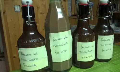 Liquore fatto in casa al cioccolato fondente
