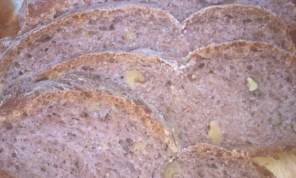 Treccia di pane integrale alle noci