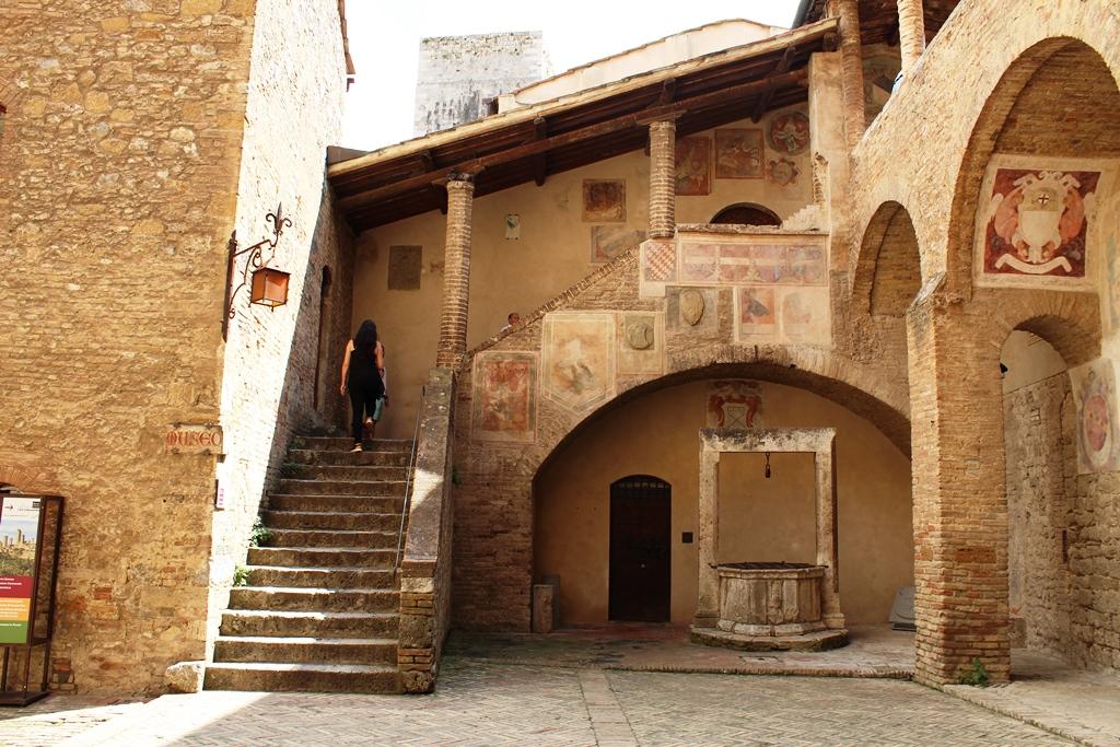 San Gimignano -Scalinata del Palazzo del Popolo