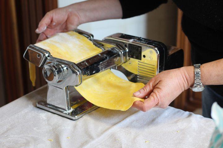 Pasta all'uovo stesa con la macchina della Pasta detta ''Nonna Papera''