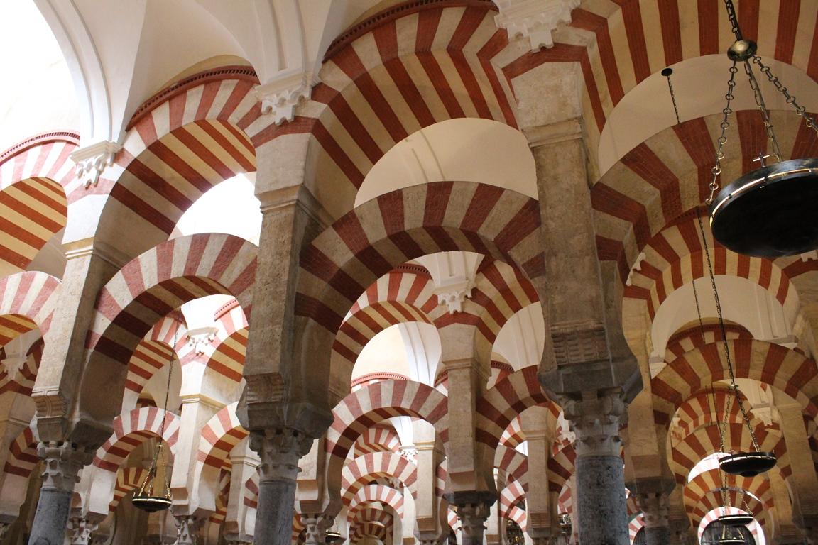 Alcune delle arcate della Mezquita di Cordoba