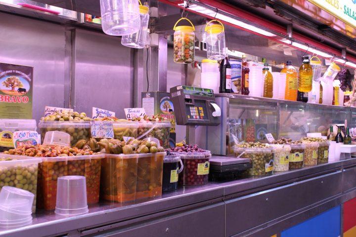 Olive in salsa e salamoia di tutti i tipi - Mercato di Atarazanas, Malaga