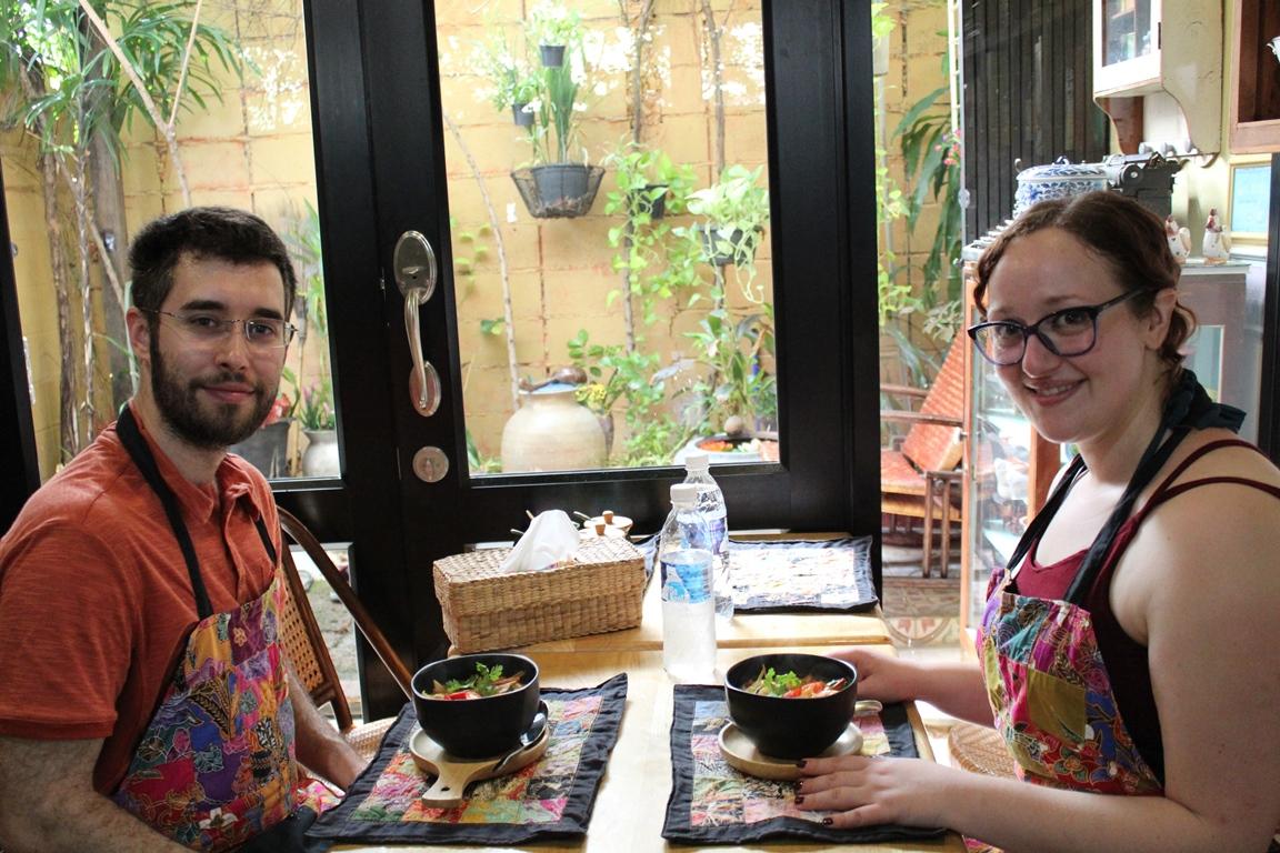 Assaggiando la Tom yum goong preparata al corso di cucina