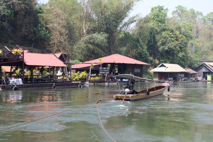 Passando davanti ai villaggi lungo il fiume