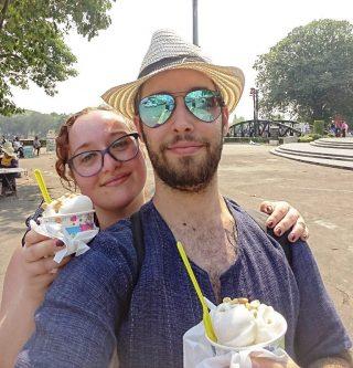 Soddisfatti col nostro gelato al cocco lungo il fiume kwai