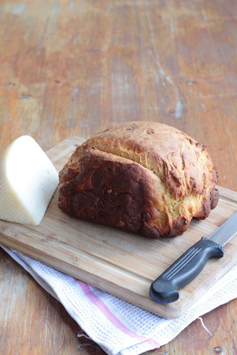 pizza di formaggio marchigiana con la macchina del pane (1)